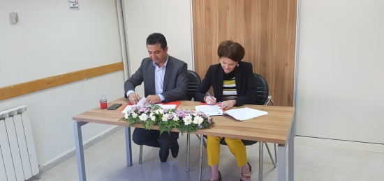 Signing an agreement between Ta'awon for Conflict Resolution and the Representative Office of Finland